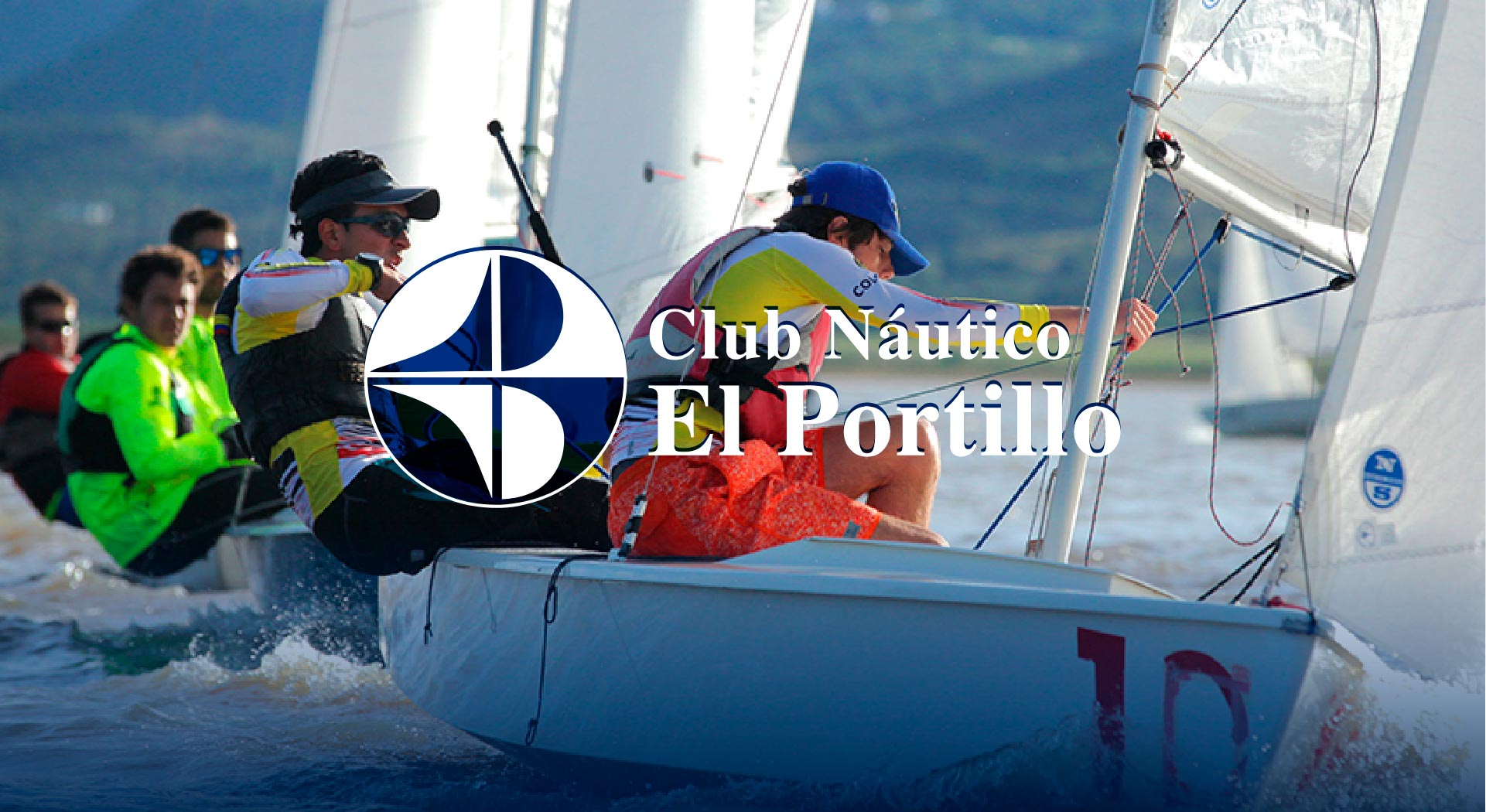 Navegantes con logo del Club Náutico El Portillo